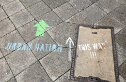 Urban Nation this way, Berlin-Schöneberg Gehweg